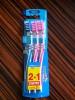 Зубная щетка Aquafresh In-between Clean с щетинками разной длины для тщательной чистки зубов