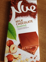 """Шоколад """"Nue"""" молочный с дробленым фундуком"""