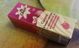 Сырок глазированный Сваля  в белой глазури с малиной и кусочками шоколада