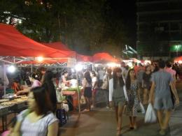 Вечерний рынок около Banzaan Fresh Market на Патонге (Пхукет, Таиланд)
