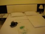 Кровать в номере отеля Laem Din Hotel