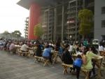 """Гран При Формулы 1 в Китае - перед трибуной """"А"""" продается много еды и есть где посидеть"""