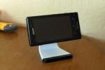 Смартфон Sony Xperia sola на подставке Bluelounge Milo
