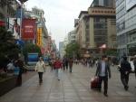 Улица Nanjing Road в Шанхае днем