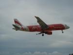 Самолеты пролетают очень низко над пляжем Nai Yang на Пхукете