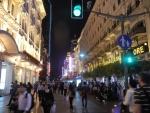 Улица Nanjing Road в Шанхае - пешеходную улицу пересекают дороги, на фото видно светофор
