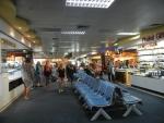 Аэропорт Пхукета в Таиланде - много свободных сидячих мест в зале ожидания