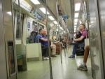 Метро в Сингапуре - вагоны метро здесь не отделены друг от друга, внутри можно пройти от начала и до конца поезда