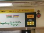 Метро в Сингапуре - всегда видно с какой стороны будут открываться двери