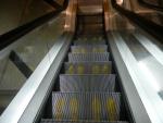 Метро в Сингапуре - на некоторых эскалаторах показаны места для ног