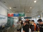 На остановке автобусов в Сингапуре четко организованные очереди