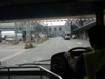 Автобус везет от самолета в здание аэропорта