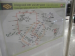 Метро в Сингапуре - на каждой станции в нескольких местах есть стойка с картой