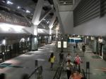 Метро в Сингапуре - на станциях по стрелкам видно как должны входить и выходить пассажира из поезда, помогает избежать столпотворений