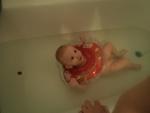 Малышу нравится купаться.