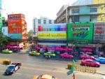 Разноцветные такси и яркий город