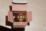 Крышка у маленького объема парфюмерной воды открывается только с одной стороны