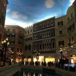Обратите внимание на небо, оно искусственное - это как раз внутри казино Венеция