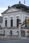 Ворота и здание.