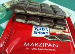 Шоколад горький Ritter Sport с марципаном в разрезе показана начинка