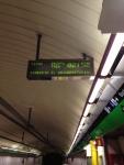 Электронное табло с указанием времени прибытия поезда (метро Барселона)