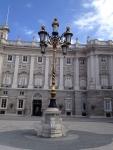 Красивый фонарь на площади перед Королевским дворцом в Мадриде