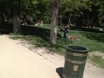 Люди отдыхают и загорают в парке Ретиро :)