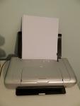HP Deskjet 460 - заправленный бумагой