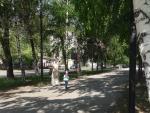 Аллея у памятного знака в честь 45-летней годовщины Победы советского народа в ВОВ (Россия, Тольятти)