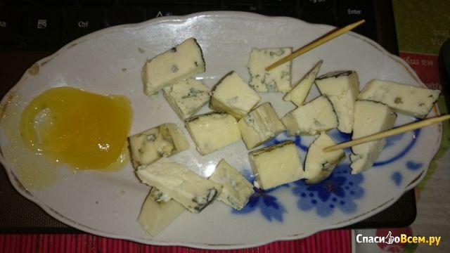 Сыр Kaserei Champignon Дор Блю полутвердый с благородной голубой плесенью фото