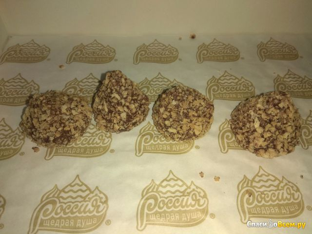 Конфеты Россия Родные просторы с нежной начинкой с арахисом, покрытые глазурью и вафельной крошкой фото