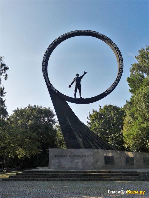Монумент «Покорителям ближней Вселенной» (Калининград) фото