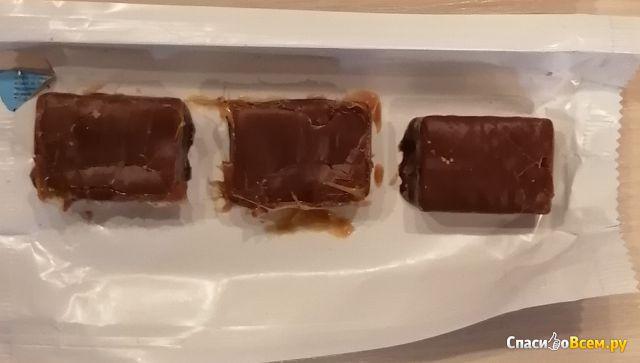 Шоколадный батончик Snickers Crisp с жареным арахисом, хрустящими рисовыми шариками и карамелью фото