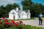 Эта постройка на территории Успенского собора находится. И великолепные розы на переднем плане)