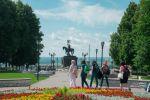 Памятник князю Владимиру и святителю Федору. Мы как раз только шли к нему, так что на переднем плане часть нашей дружной группы рукодельниц.