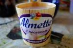 Внешний вид упаковки творожного сыра Hochland Almette с чесноком